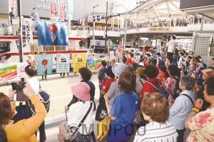 「ジェンダー平等社会を共に実現しましょう」と訴えた街頭演説=6日、大阪市天王寺区内