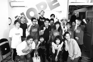 開票日、辰巳氏とガッツポーズをする「たつみ応援チーム」の青年たち=21日夜、大阪市中央区内
