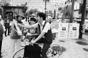 シールボードでの対話も弾んだ共産党府女性児童部と大阪女性後援会の宣伝=12日、大阪市北区内