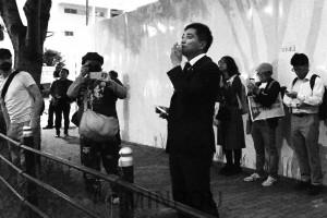 入管に向かい収容者に激励を送るたつみ議員=22日、大阪市住之江区内