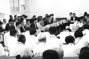 統一地方選後初めて開かれた法定協=6月21日、府庁内