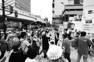 志位委員長と支持を訴える日本共産党の辰巳氏=7月20日、大阪市浪速区内