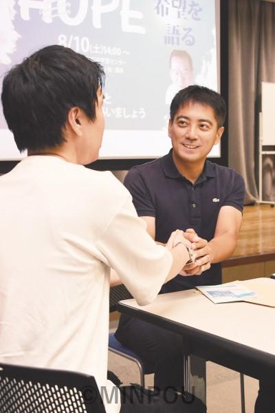 入党を決意し、辰巳氏(右)と握手を交わす山本さん=10日、大阪市阿倍野区内