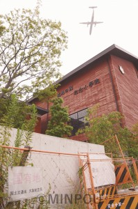 「瑞穂の國記念小學院」は建設途中のまま、いまも放置されています=8月31日、豊中市内