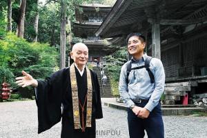 中嶌哲演住職と談笑しながら寺内をまわる辰巳氏