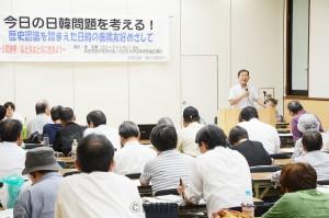 日韓問題を考える大阪革新懇の学習会で講演する康宗憲さん=4日、大阪市北区内