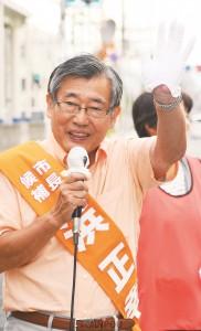 憲法を生かして子育て・暮らし最優先の東大阪にと訴える浜正幸市長候補=22日、東大阪市内