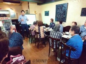 たつみ氏を招いて開かれたおしゃべりカフェ=17日、大阪市都島区内