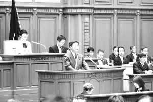 反対討論に立つ井上議員=9日、大阪市議会本会議場