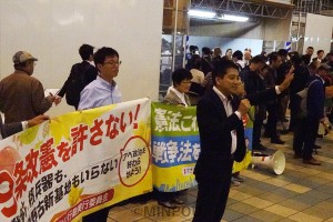 憲法9条改悪を許さないと訴える人たち=18日、大阪市都島区内