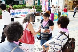 「消費税は5%に戻し景気回復を」とシールアンケートや署名で対話する日本共産党大阪女性後援会の人たち=11日、大阪市都島区内