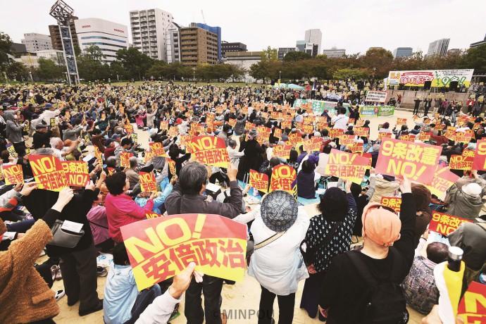 「憲法9条を守ろう」「安倍政治ノー」とコールする人たち=3日、大阪市北区内