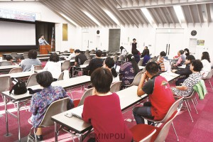 消費税増税の影響や減税の展望などを語り合ったトーク集会=10月27日、貝塚市内