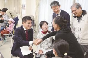 参加者と交流する、たつみ前参院議員や森田堺市議=10日、堺市西区内