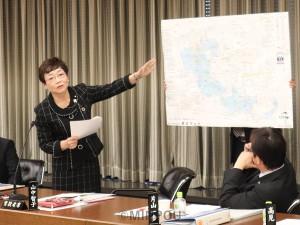 大阪市議会決算特別委員会で質問に立つ山中市議=11日、大阪市役所内