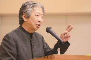 講演する九条の会事務局長の小森陽一さん=11月23日、大阪市中央区内