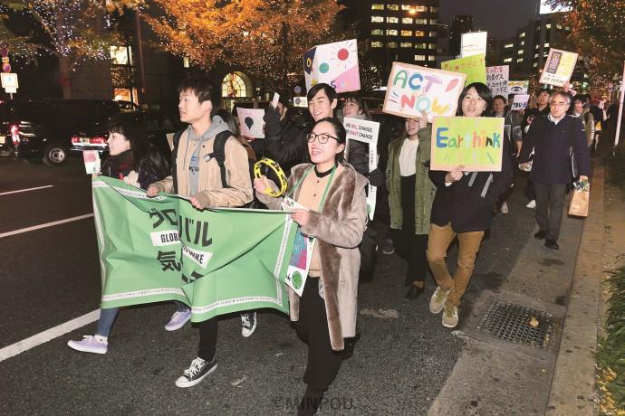 各国政府に地球温暖化対策をとアピールするマーチ参加者=11月29日、大阪市北区内