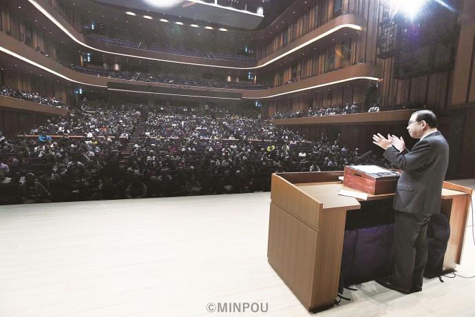 豊かに発展した「世界論」を中心に講演し、日本を変革し「未踏の地」へのトップランナーになろうと呼び掛ける志位委員長=11月24日、東大阪市内