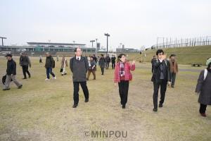 「大阪赤旗まつり2020」予定地の花園中央公園を視察する関係者ら=11日、東大阪市内