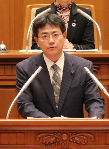 討論する井上議員=12日、大阪市議会本会議場