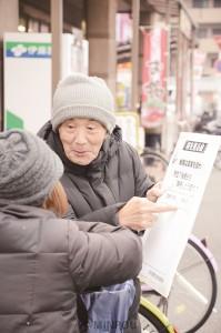 街頭宣伝で「桜を見る会」についてシールアンケートで対話