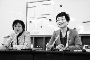記者会見する(右から)山中氏、石川氏=2019年12月25日、大阪市役所内