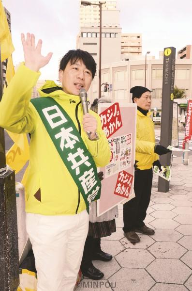 「政令市の力を生かし市民の暮らし守る大阪市へ」「カジノ反対の声を託して下さい」と、後援会員らと共に街頭で訴える小川陽太氏(左)=18日、大阪市中央区内