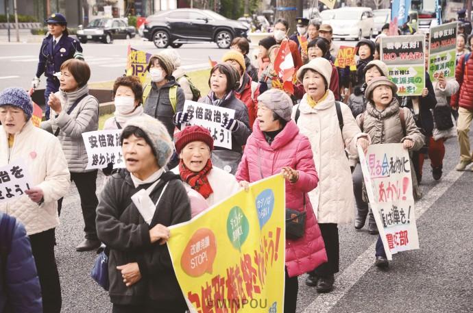 「安倍政治を終わらせよう」「『桜』疑惑、カジノ汚職の徹底究明を」などとアピールするデモ行進参加者=19日、大阪市中央区内