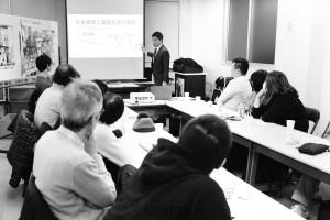 「これが日本共産党の成長戦略だ」と開かれた集いで講演する辰巳氏=8日、大阪市東淀川区内