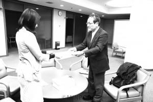条例制定を行わないよう求める陳情書を提出する大阪市教の宮城登委員長=3日、大阪市役所内