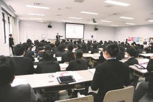 模擬選挙で、中学3年の生徒たちに党の政策を訴える辰巳孝太郎氏=15日、守口市内