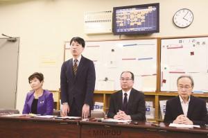 記者会見する(左から)山中、小川、柳、伊藤の各氏=17日、大阪市役所内