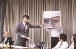 台風21号で被害を受けた夢洲の実態を示し「カジノ誘致より防災対策を」と迫る小川氏=2018年10月4日、大阪市議会決算特別委員会