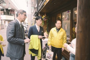 空堀商店街で新型コロナウイルスや消費増税の影響などについて実情を聞く(左から)宮本氏、小川氏=1日、大阪市中央区内