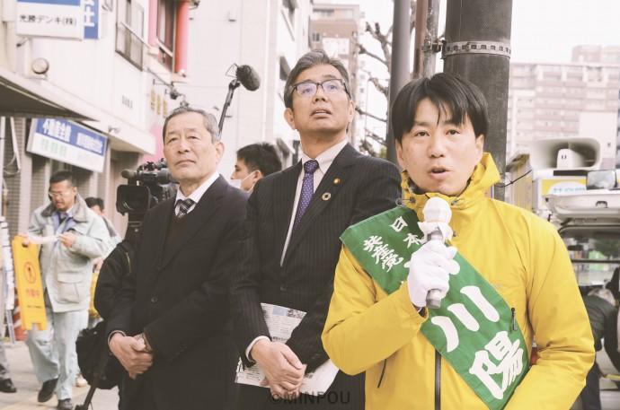 中央区の大阪市議再選挙の第一声で訴える小川候補(右)。日本共産党の宮本岳志前衆院議員(中央)、社民党府連の服部良一常任顧問(左)も応援に駆け付けました=13日、大阪市中央区内