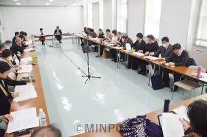 2月議会開会を前に府議団が開いた懇談会=2月17日、府庁内