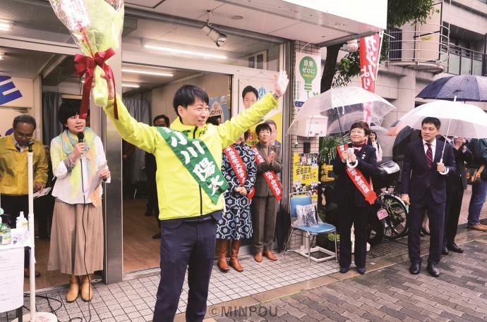 事務所開きで参加者の声援に応える小川陽太氏=2月22日、大阪市中央区内