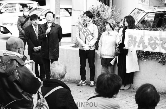 「まちかどトーク」で小川候補(写真奥)と共に訴える山下副委員長(その左)=15日、大阪市中央区内