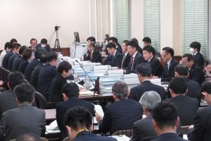 災害対策の職員体制などが議論になった第33回法定協議会=2月26日、府庁内
