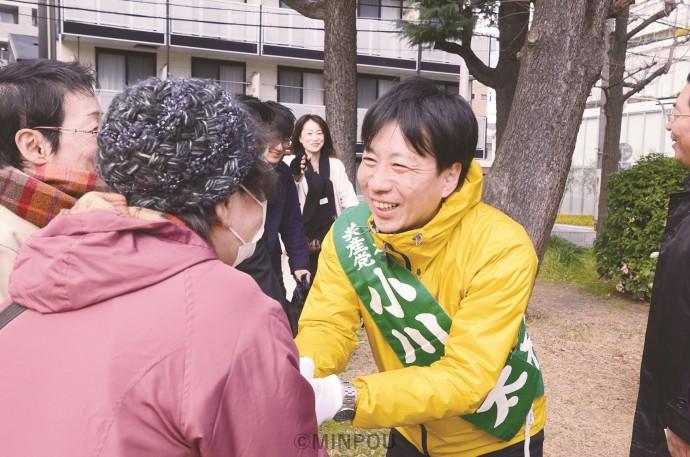 「新型コロナ対策を最優先にすべき時に、『カジノ』や『都』構想などと言ってる場合ではない」「市民の声をまっすぐ議会に届けます」と全力で奮闘する小川候補=13日、大阪市中央区内