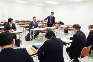 労働局から聞き取る辰巳、宮本氏ら=9日、大阪市中央区内