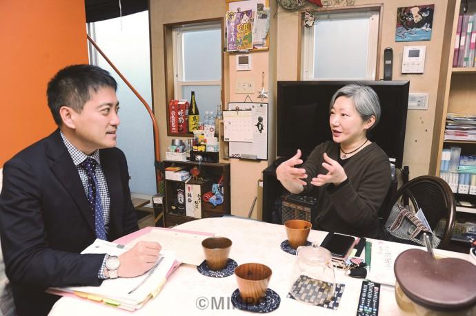 劇作家のわかぎゑふさんから演劇界への影響を聞く辰巳氏=13日、大阪市中央区内