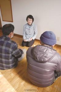 入ったばかりのアパートで谷沢八尾市議と面談するAさん(左)と知人のBさん=11日、八尾市内