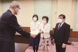 新型コロナウイルス対策で緊急の申し入れを行う(右から)内海、石川、渡部の各氏=6日、府庁内