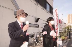 緊急事態宣言をめぐり「自粛は損失補償と一体でこそ」と訴える瀬戸前大阪市議(左)=7日、大阪市此花区内