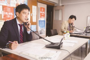 電話相談に応じる辰巳前参院議員(左)と小川前大阪市議(右)=9日、大阪市東住吉区内