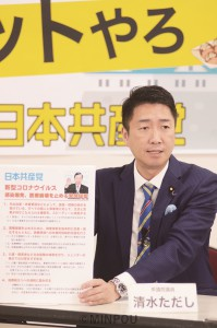 日本共産党の緊急提案の内容を説明する清水氏=17日、大阪市天王寺区内