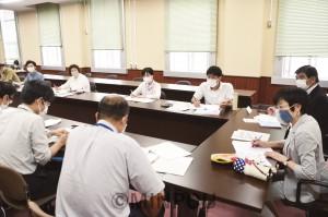 学生や青年労働者の生活実態調査を基に、府に支援を要請する民青府委員会メンバー=4日、府庁内