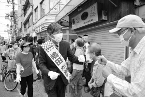 支援者から声援を受ける嶋田市長候補=5日、羽曳野市内