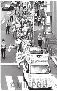 「安倍政治にさよなら ともに生きる社会を!」と取り組まれた豊中市民パレード=6月28日、豊中市内